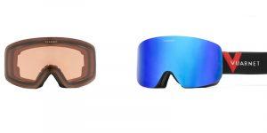 Vuarnet Wide Ski Mask VM2021 001 ha il telaio di colore nero satinato e la lente a tutto schermo esterno blu specchiato e interno grigio