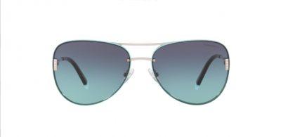 """La montatura a goccia morbida di questi occhiali combina il metallo silver con sovrapposizione di inserti in acetato blue Tiffany e dettagli a """"T"""" con micro piramidi sull'asta a completare la chiusura."""