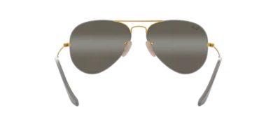 Il modello 3025 un classico evergreen, reinventato nei colori della montatura Matte grey on arista - grigio opaco con inserti oro nel ponte nei musetti laterali e nelle aste - e con lenti in cristtallo a doppia specchiatura grey bi-mirror grey
